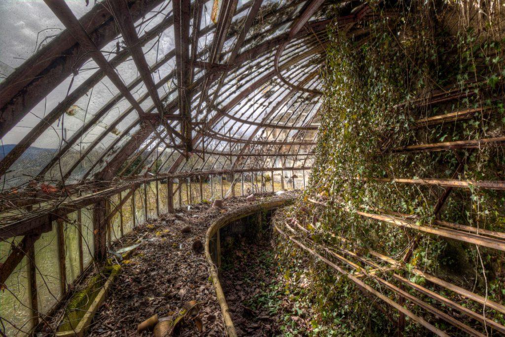 Tipografico een verlaten plantenkas ergens in Frankrijk